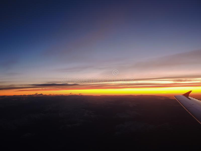 Fantastisk soluppgång över fjällängarna som tas från flygplanfönstret arkivbilder