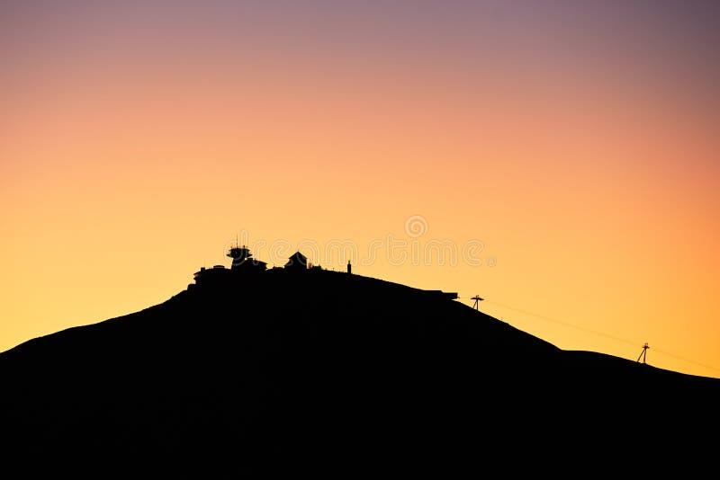 Fantastisk soluppgång i mounatinsna fotografering för bildbyråer