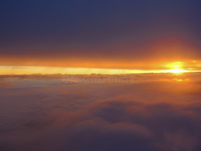 Fantastisk soluppgång med varma färger som tas från flygplanfönstret arkivbild
