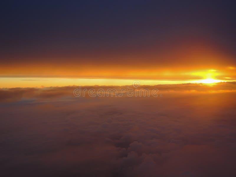 Fantastisk soluppgång med varma färger som tas från flygplanfönstret royaltyfri fotografi