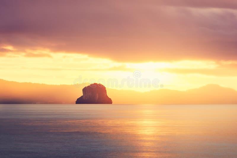 Fantastisk soluppgång på havet royaltyfri bild