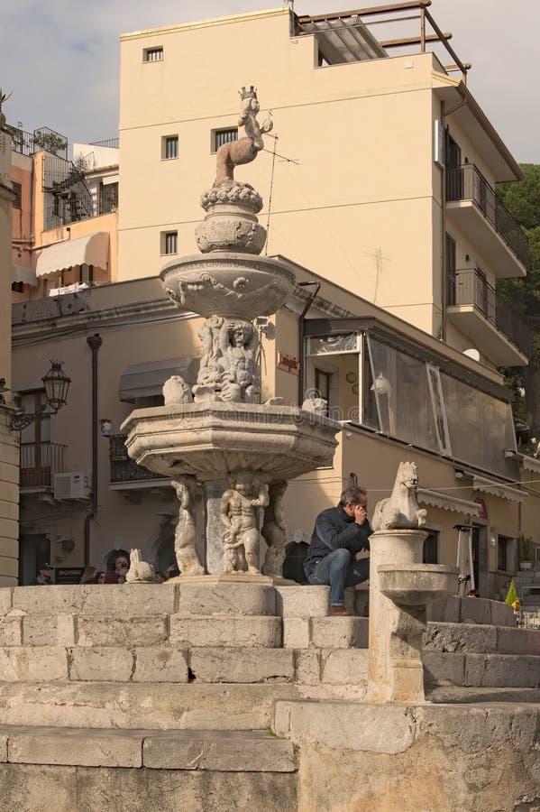 """Fantastisk springbrunn""""Centaur"""" - favorit- ställe av rekreation för invånare och besökare av staden royaltyfri foto"""