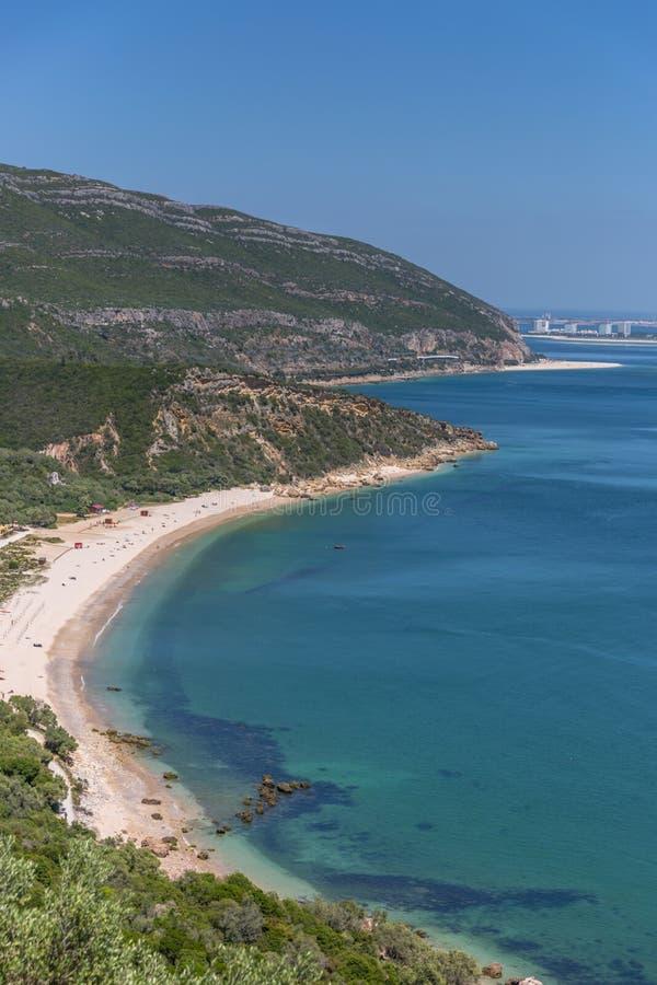 Fantastisk strand för blått vatten i den Arrà ¡ bidaen, Alentejo i Portugal royaltyfri bild