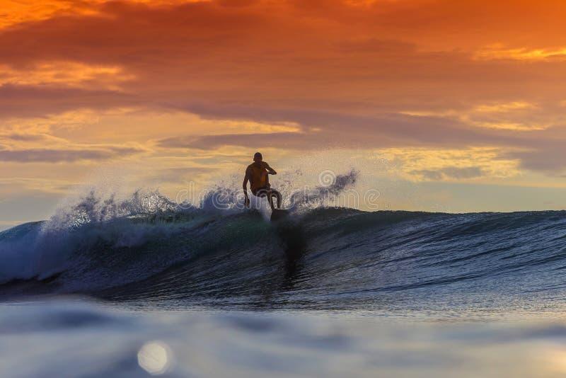 fantastisk surfarewave arkivfoto
