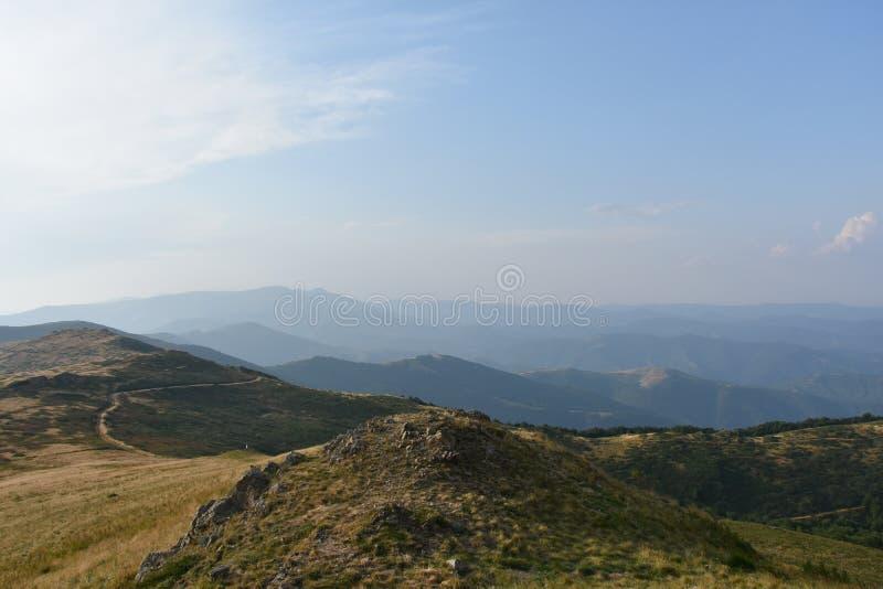 Fantastisk syn på bergsberg, skogar, himmel och natur arkivfoton