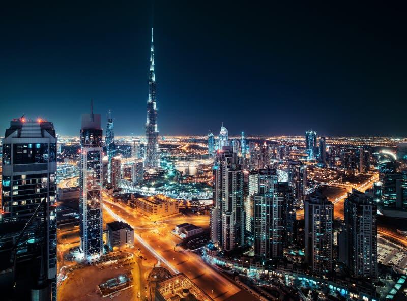 Fantastisk taksikt av Dubais moderna arkitektur vid natt royaltyfria bilder