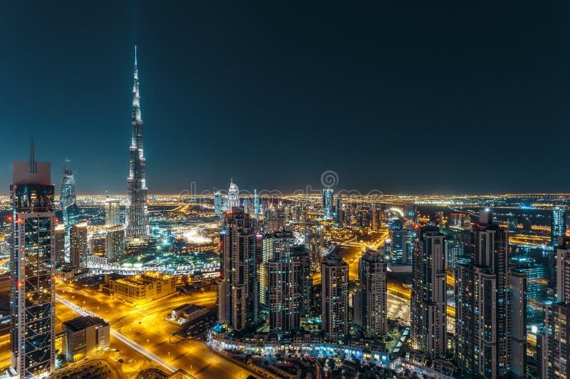 Fantastisk taksikt av Dubais moderna arkitektur vid natt fotografering för bildbyråer