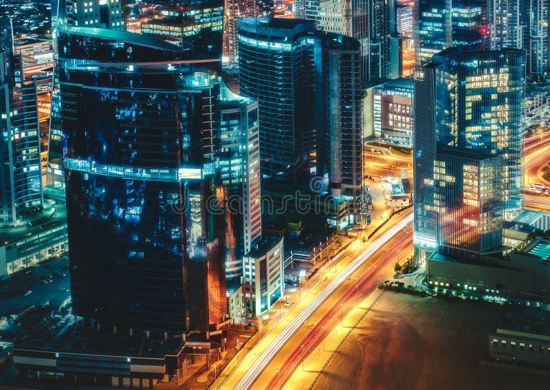Fantastisk taksikt av en stor modern stadsarkitektur på natten Dubai United Arab Emirates royaltyfri bild