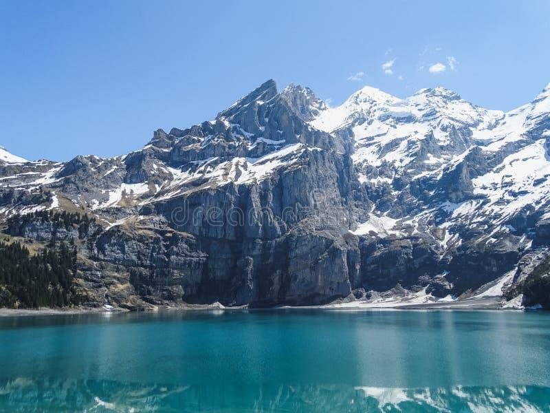 Fantastisk tourquise Oeschinnensee med schweiziska fjällängar Kandersteg royaltyfria foton
