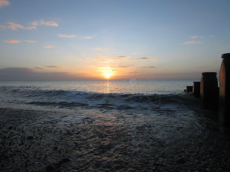 Fantastisk vintersolnedgång på den eastbourne stranden arkivfoto