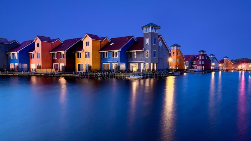 Fantastiska f?rgrika byggnader p? vatten p? den bl?a timmen, Groningen, Nederl?nderna arkivfoton