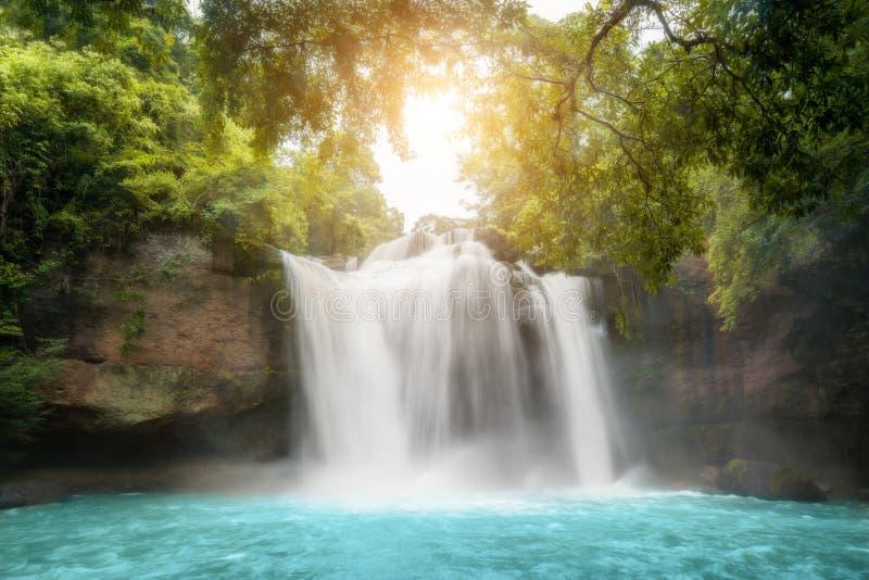 Fantastiska h?rliga vattenfall i tropisk skog p? den Haew Suwat vattenfallet i den Khao Yai nationalparken, Nakhonratchasima, Tha arkivbilder