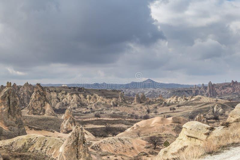 Fantastiska kosmiska landskap av Cappadocia Turkiet älskas och besökas av turister över hela världen royaltyfria foton