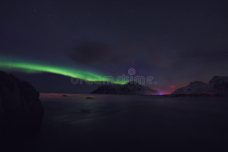 Fantastiska mångfärgade Aurora Borealis vet också som nordliga ljus i natthimlen över det Lofoten landskapet, Norge, Skandinavien arkivbild