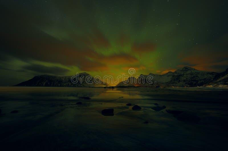 Fantastiska mångfärgade Aurora Borealis vet också som nordliga ljus i natthimlen över det Lofoten landskapet, Norge, Skandinavien royaltyfria bilder