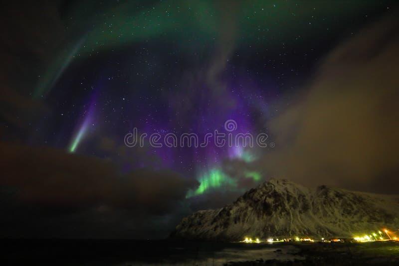 Fantastiska mångfärgade Aurora Borealis vet också som nordliga ljus i natthimlen över det Lofoten landskapet, Norge, Skandinavien royaltyfria foton