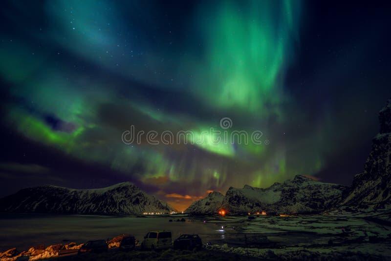 Fantastiska mångfärgade gröna Aurora Borealis vet också som nordliga ljus i natthimlen över det Lofoten landskapet, Norge, Scandi royaltyfria bilder
