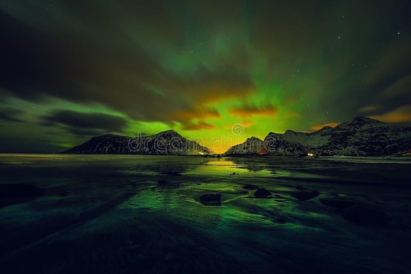 Fantastiska mångfärgade gröna Aurora Borealis vet också som nordliga ljus i natthimlen över det Lofoten landskapet, Norge, Scandi arkivbild