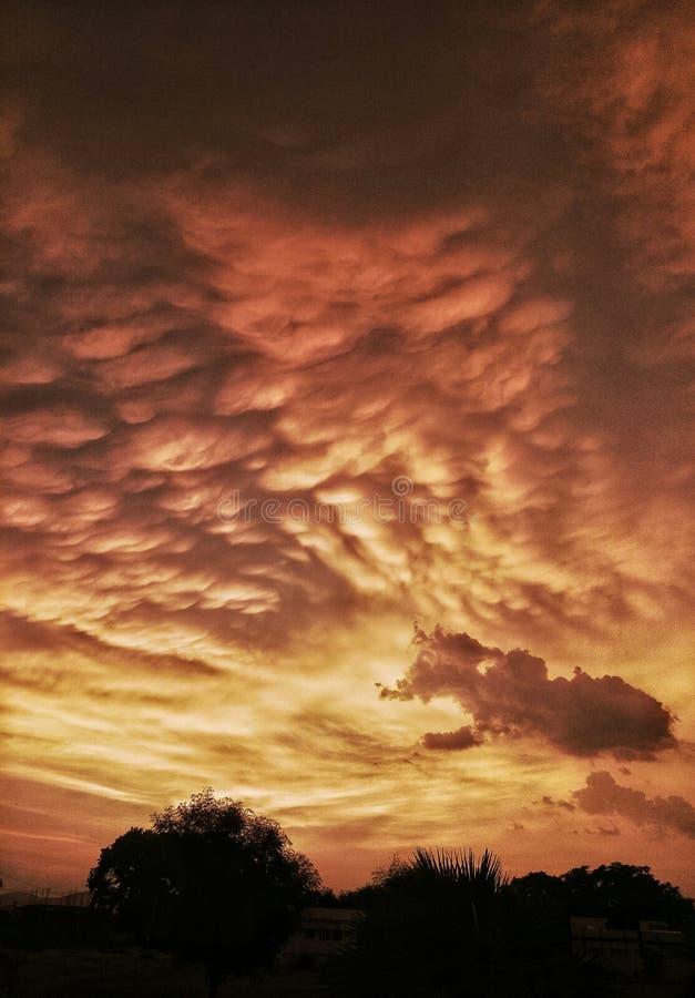 Fantastiska moln i himlen under solnedgång royaltyfria bilder