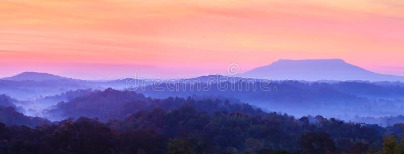 Fantastiska moln och himmel på soluppgång cloudscape Den färgrika sceniska tropiska skogen och berg i vinter kryddar panorama arkivbilder