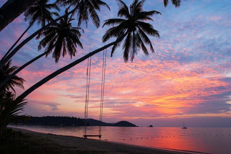 Fantastiska moln och solnedgånghimmel över den tropiska ön royaltyfri fotografi