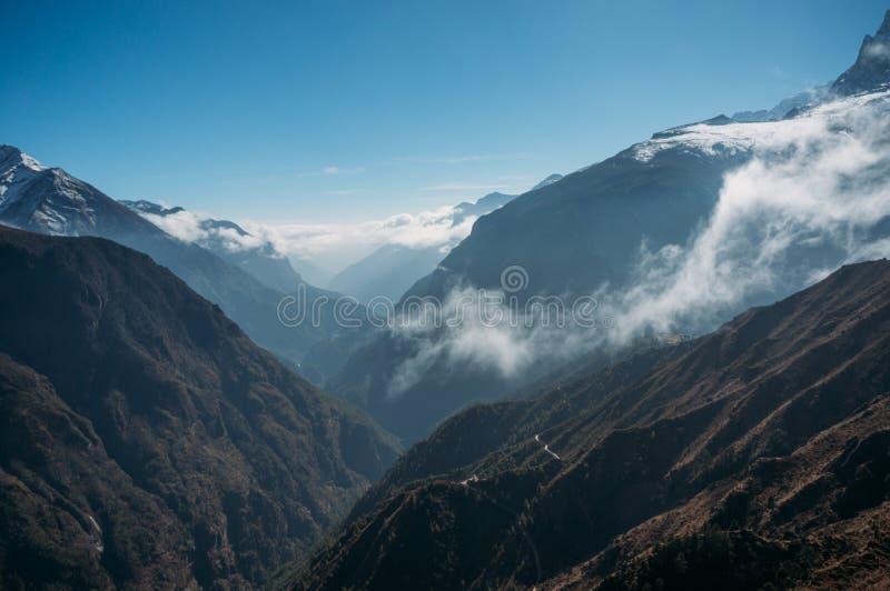fantastiska snöig berg landskap och moln, Nepal, Sagarmatha, royaltyfri bild