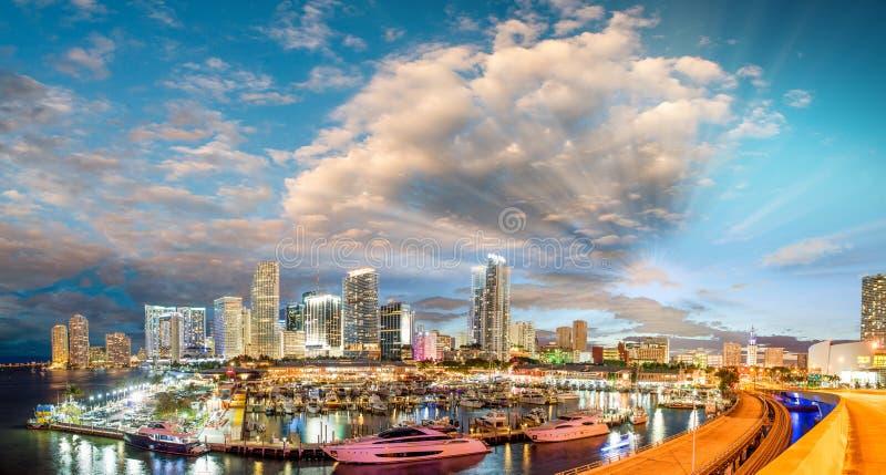 Fantastiska solnedgångfärger av Miami I stadens centrum panoramautsikt royaltyfria foton