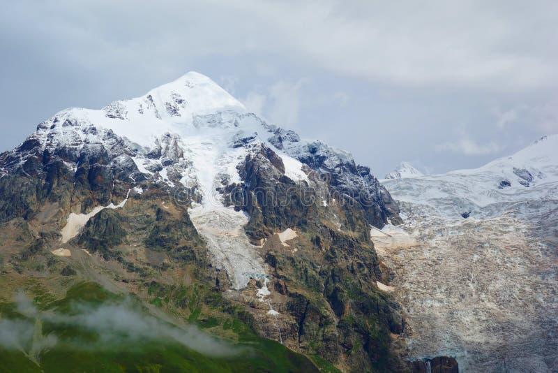 Fantastiskt bergKaukasus landskap av maxima av berg Tetnuldi, Gistola och Dzhangi-Tau och glaciär Lardaad i Svaneti, Georgi royaltyfri foto