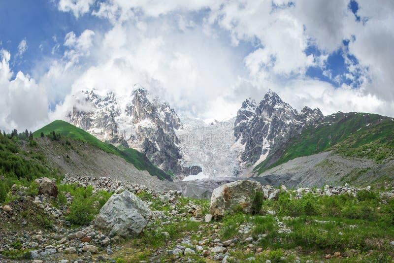 Fantastiskt bergKaukasus landskap av maxima av berg Tetnuldi, Gistola och Dzhangi-Tau och glaciär Lardaad i Svaneti Georgia arkivfoto
