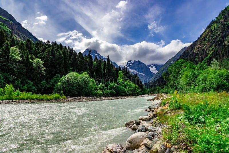 Fantastiskt berglandskap med den f?rgrika livliga solnedg?ngen p? den molniga himlen, naturlig utomhus- loppbakgrund Carpathian U royaltyfri foto