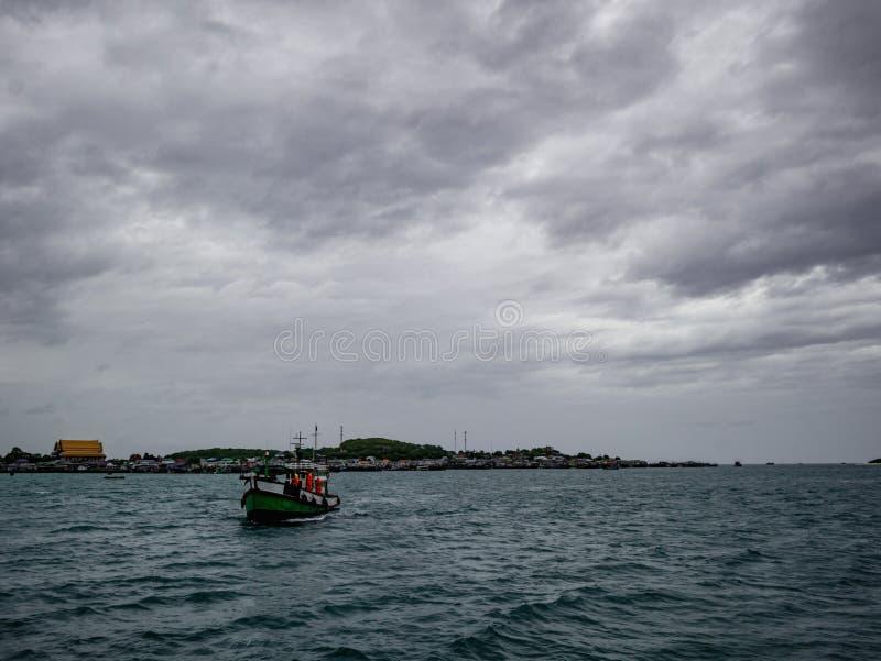 Fantastiskt idylliskt hav och härlig himmel med ösikt arkivfoto