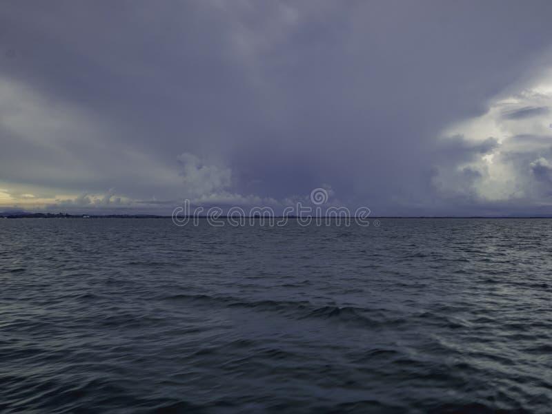 Fantastiskt idylliskt hav och molnig himmel för stormen arkivbild