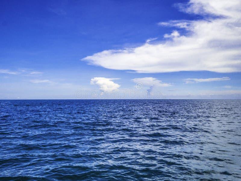 Fantastiskt idylliskt hav och molnig himmel med den ändlösa horisonten arkivbild