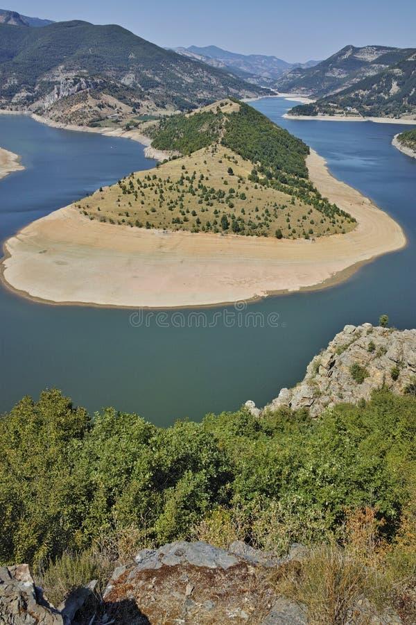 Fantastiskt landskap av Arda River och den Kardzhali behållaren royaltyfri fotografi
