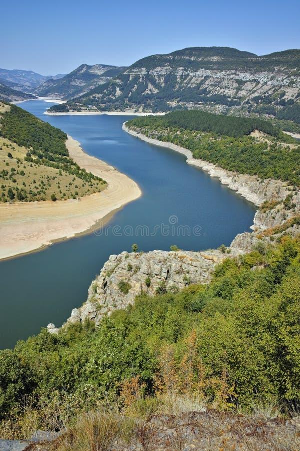 Fantastiskt landskap av Arda River och den Kardzhali behållaren royaltyfria bilder