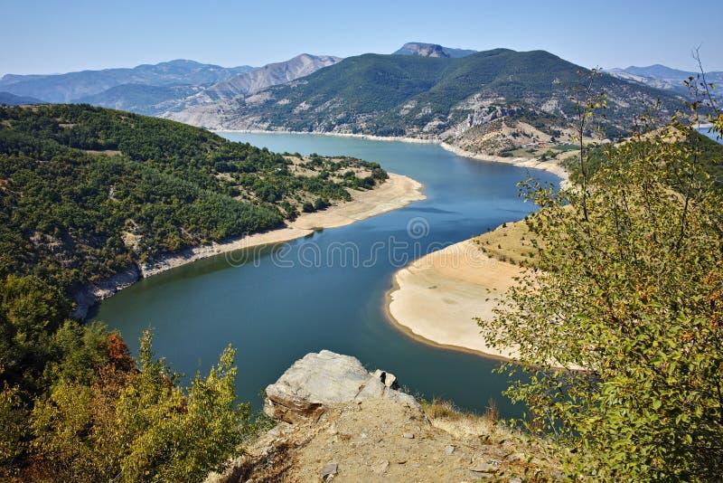 Fantastiskt landskap av Arda River och den Kardzhali behållaren arkivfoton