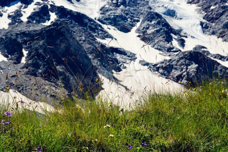 Fantastiskt landskap av steniga berg och blå himmel, Kaukasus, Ryssland arkivfoto