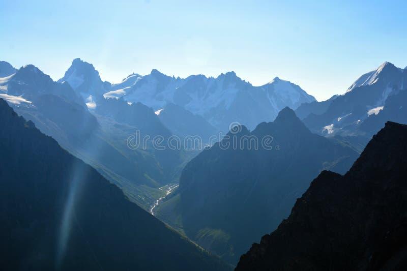 Fantastiskt landskap av steniga berg och blå himmel, Kaukasus, Ryssland royaltyfri fotografi