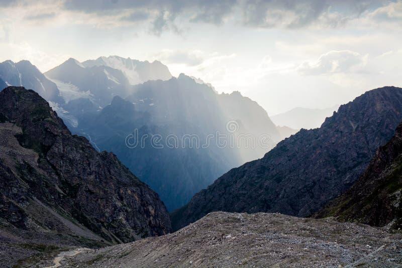 Fantastiskt landskap av steniga berg och blå himmel, Kaukasus, Ryssland royaltyfria foton