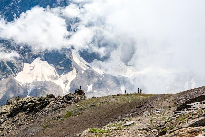 Fantastiskt landskap av steniga berg och blå himmel, Kaukasus, Ryssland arkivbild