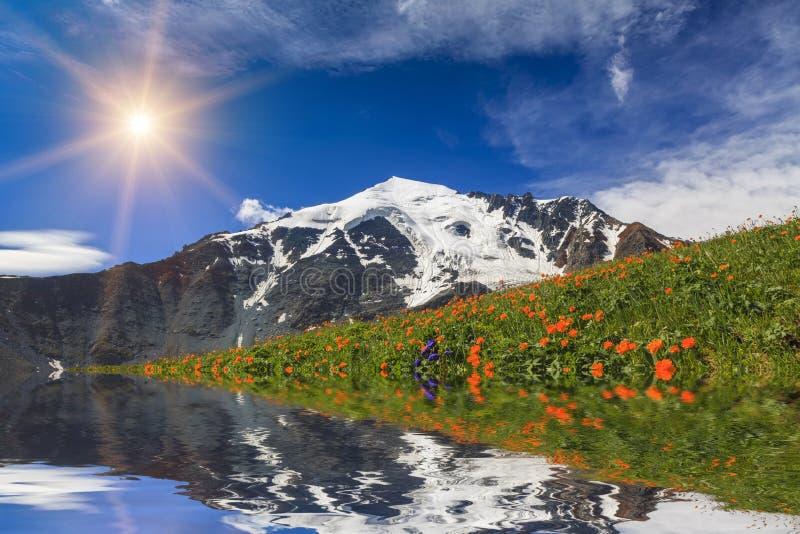 Fantastiskt landskap med berg, sjön och reflexion royaltyfri fotografi