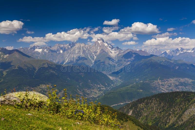 Fantastiskt landskap med höga berg under den blåa himlen royaltyfri foto