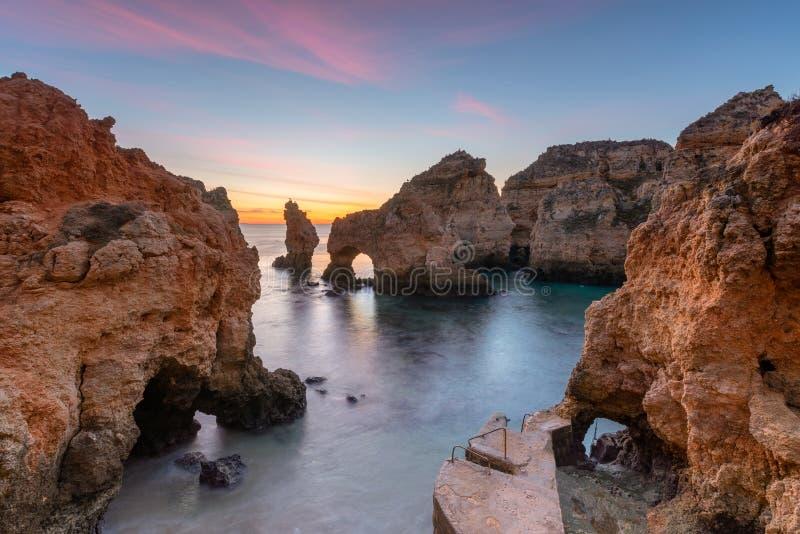 Fantastiskt landskap på soluppgång Härlig strand nära Lagos i Ponta da Piedade, Algarve region, Portugal arkivfoton