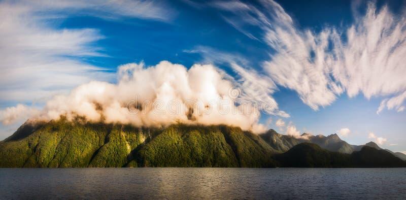 Fantastiskt molnbildande på sjön Manapouri i Nya Zeeland arkivbilder