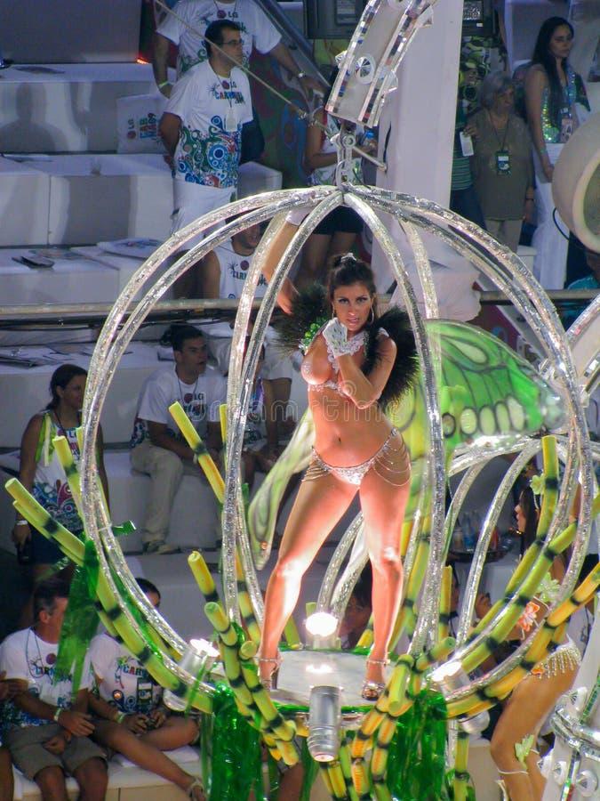 Fantastiskt påkostat stycke under den årliga karnevalet i Rio de Janeiro arkivbilder