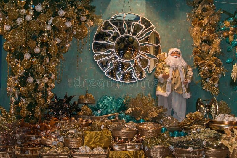 Fantastiskt shoppa i Sant ` Elpidio en sto med julträdet, garneringar, spegeln och Santa Claus arkivfoton
