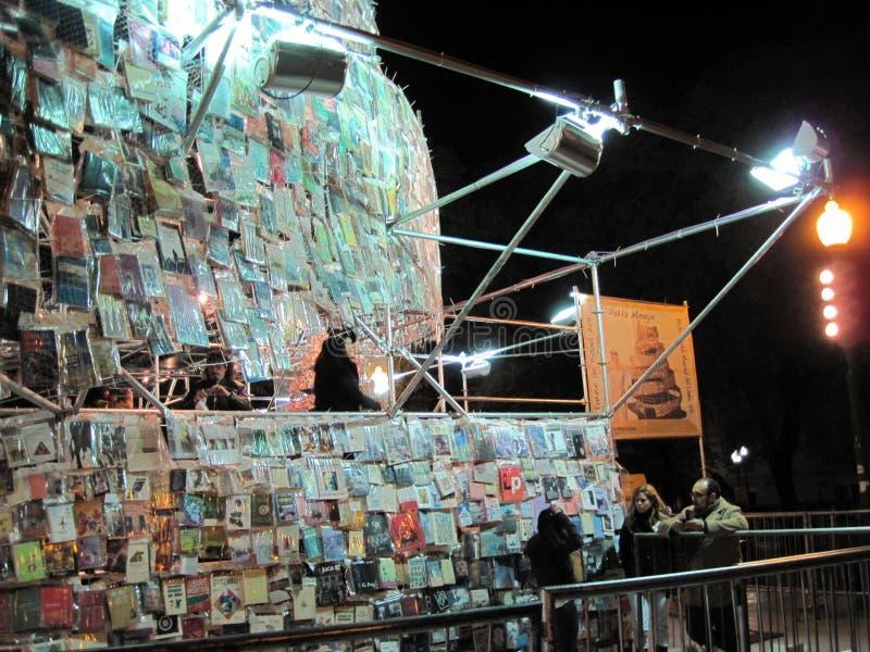Fantastiskt torn av Babel Marta Minujin Buenos Aires 2011 Argentina royaltyfria foton