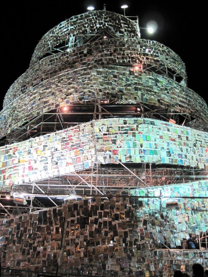 Fantastiskt torn av Babel Marta Minujin Buenos Aires 2011 Argentina arkivfoton