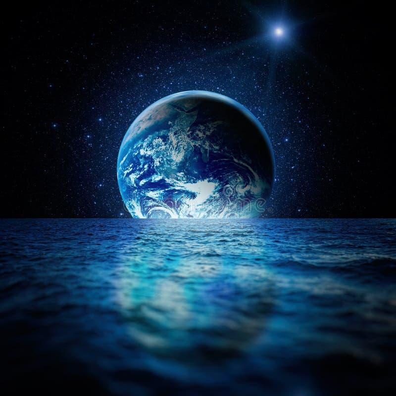 Fantastiskt utrymmelandskap Planetjord reflekteras i vattnet av havet med en myriad av stjärnor stock illustrationer