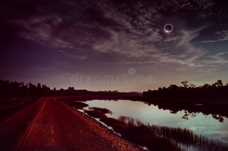 Fantastiskt vetenskapligt naturligt fenomen Månen som täcker solen Sammanlagd sol- förmörkelse med effekt för diamantcirkel som g royaltyfria bilder